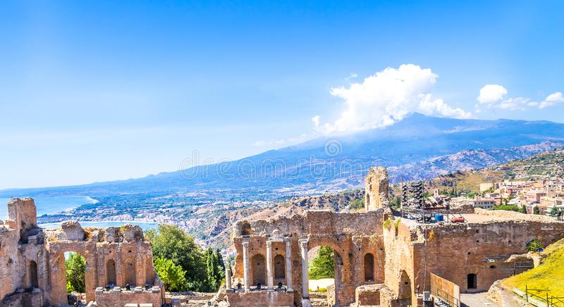 Teatro grego em Taormina e em Etna Mont foto de stock