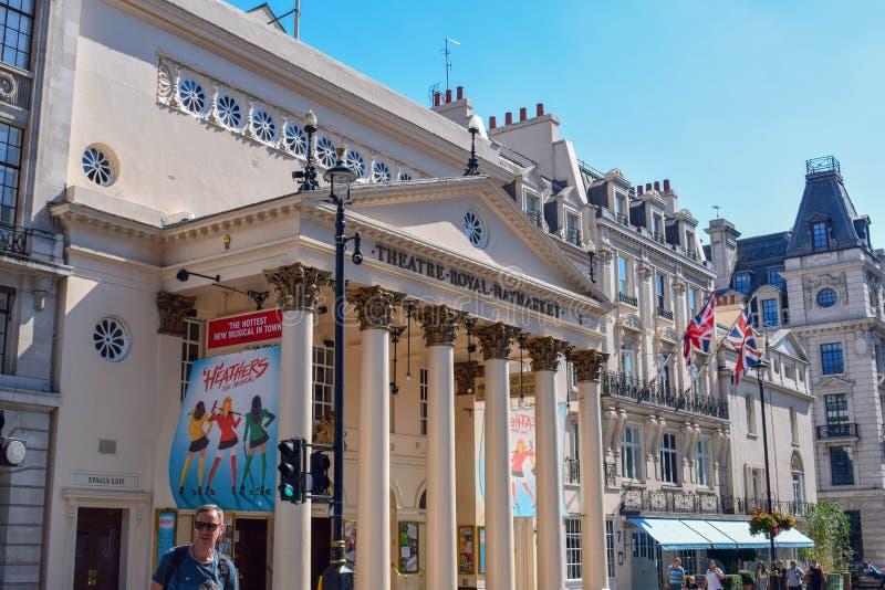 Teatro Haymarket real e arquitetura velha em Londres, Inglaterra em Sunny Day fotos de stock