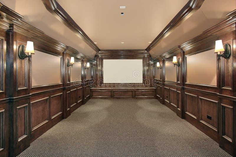 Teatro Home com as paredes apaineladas madeira fotos de stock royalty free