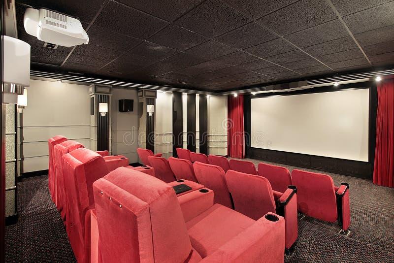 Teatro Home com cadeiras vermelhas imagens de stock
