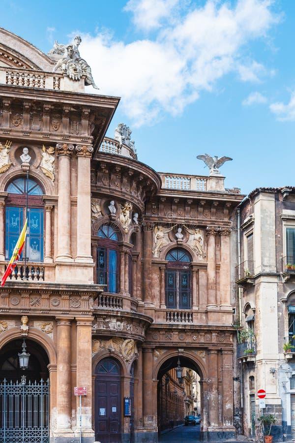 Teatro Massimo Bellini en boog aan straat, Catanië stock afbeeldingen