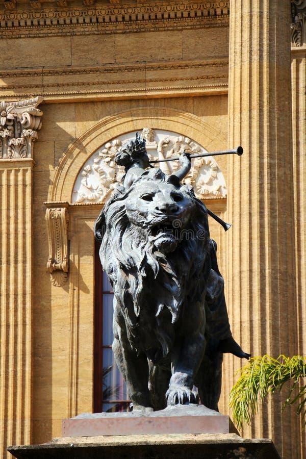 Teatro Massimo, Palermo, leone bronzeo immagini stock