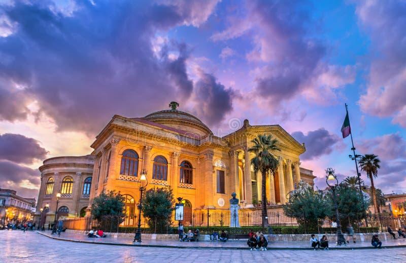 Teatro Massimo Vittorio Emanuele, grootst in de operahuis van Italië Palermo, Sicilië stock foto