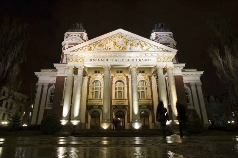 Teatro nacional Ivan Vazov de Bulgária na noite fotografia de stock