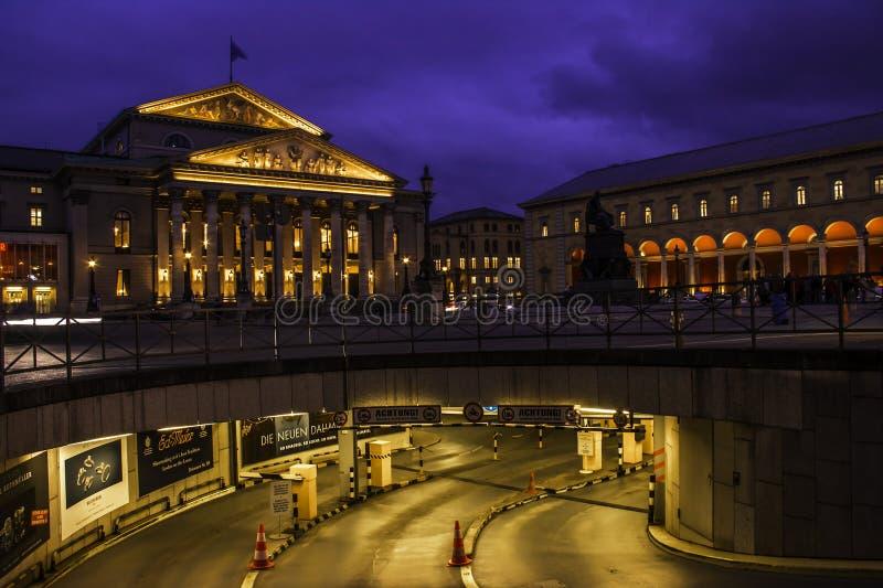 Teatro nacional Munich em Máximo-Joseph-Platz imagens de stock