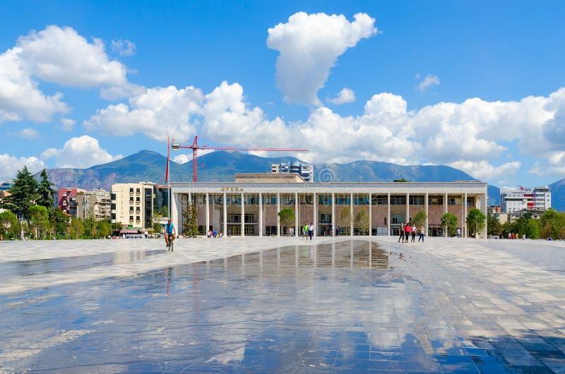 Teatro nazionale di balletto e di opera dell'Albania, quadrato di Scanderbeg, Tirana, Albania immagine stock