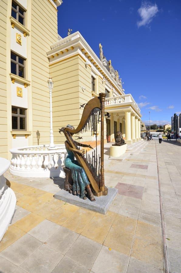 Teatro nazionale macedone con la statua del giocatore femminile dell'arpa situato davanti Skopje fotografia stock libera da diritti