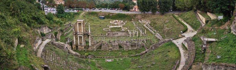 Teatro romano de Voltera, uma vista das paredes da cidade de Volterra, Toscânia foto de stock royalty free