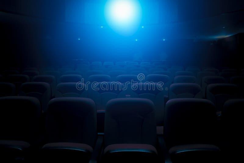 Teatro scuro del film con la luce della proiezione immagine stock libera da diritti
