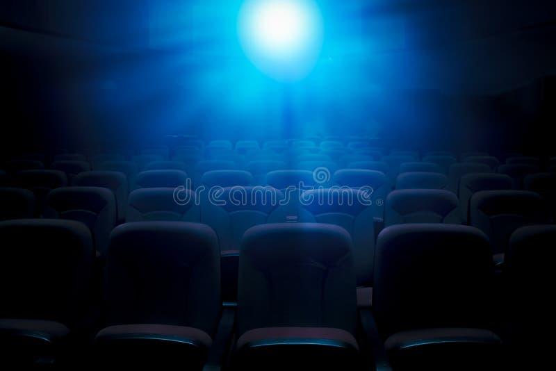 Teatro scuro del film con la luce della proiezione fotografia stock libera da diritti