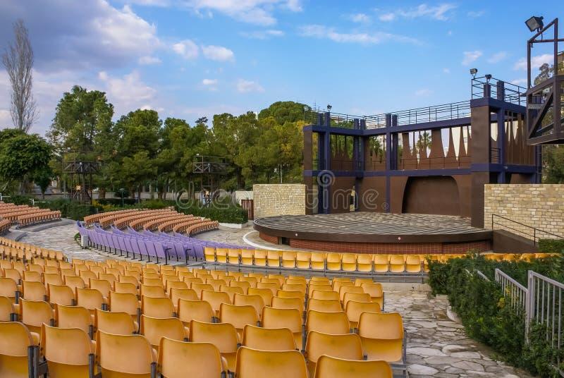 Teatro vacío cerca del parque del parque zoológico en Limassol, Chipre fotos de archivo