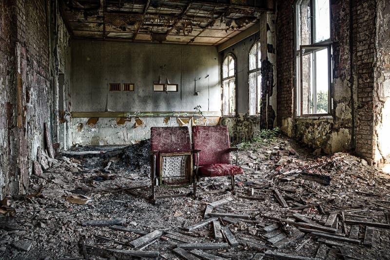 Teatro velho na construção abandonada fotos de stock