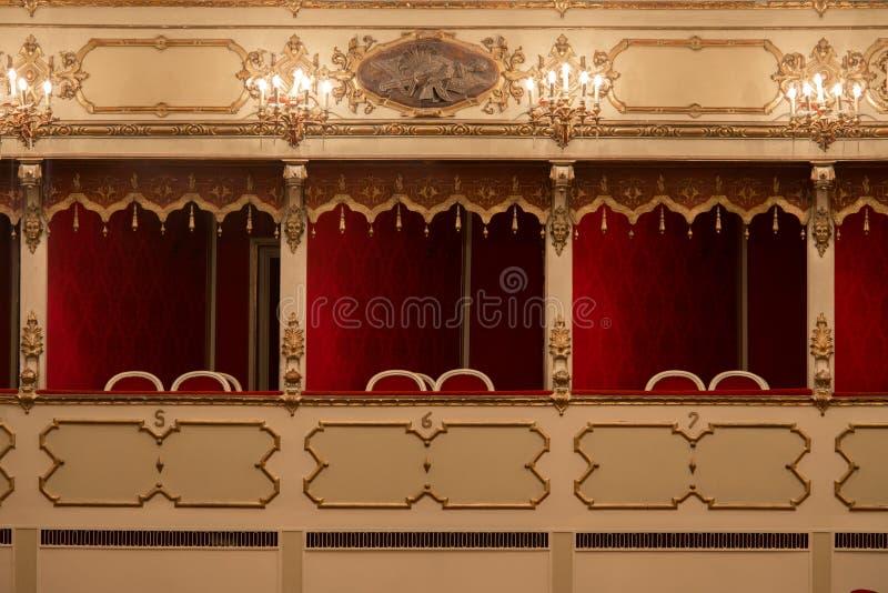 Teatro, visión interior, balcones fotografía de archivo