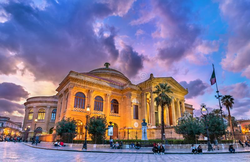 Teatroen Massimo Vittorio Emanuele, det störst i den Italien operahuset Palermo Sicily arkivfoto
