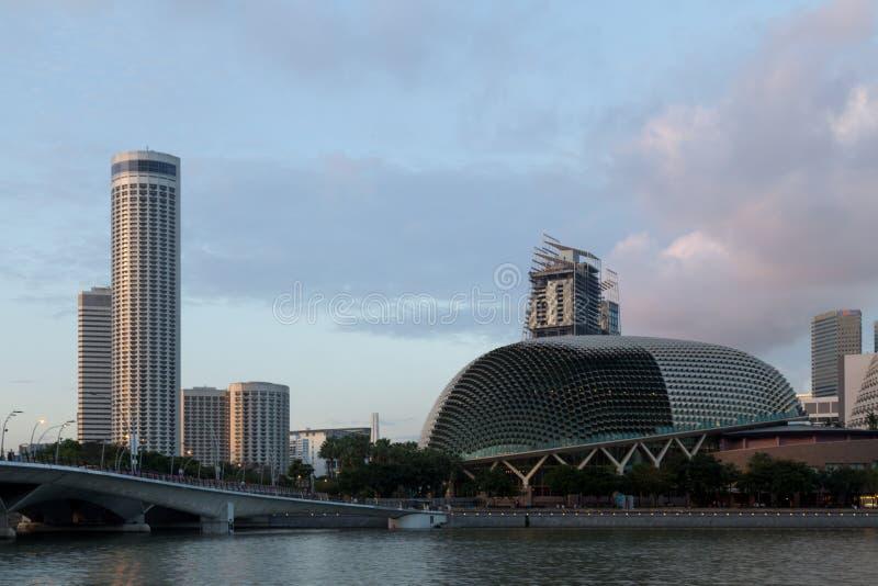 Teatros de la explanada de Singapur en la bahía fotos de archivo