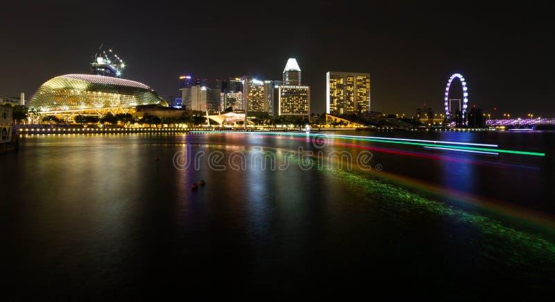 Teatros de la explanada en los edificios de la bahía y del lado en la noche fotografía de archivo
