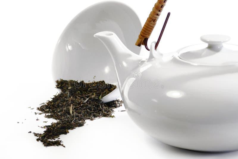 Teawarewit in wit en wat losse thee stock afbeelding