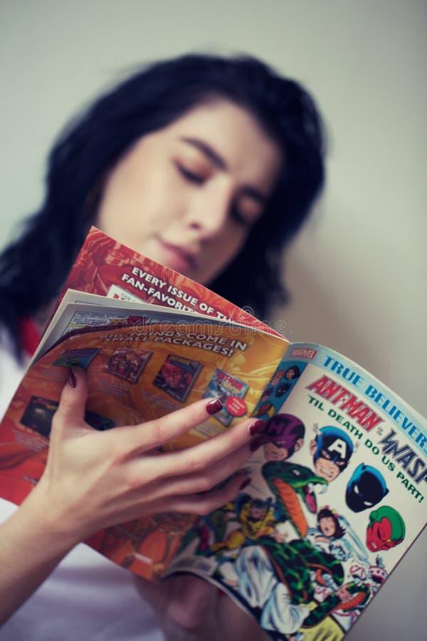 Tebeos de la lectura de la muchacha imagen de archivo libre de regalías