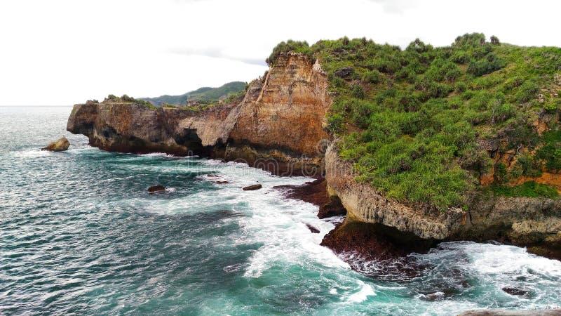 Tebing-batu di Pantai ngeden stockfotos