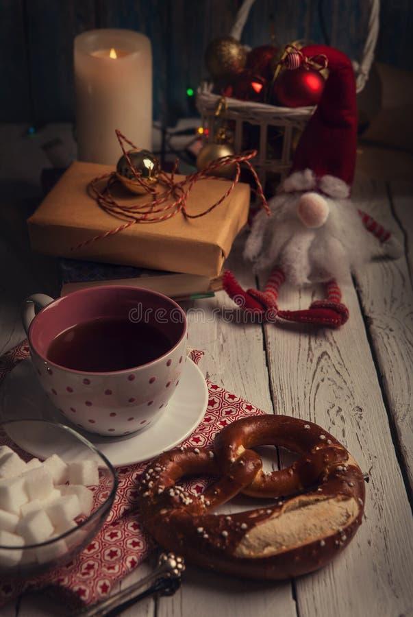 Tebjudning för afton för jultidlynne arkivfoto