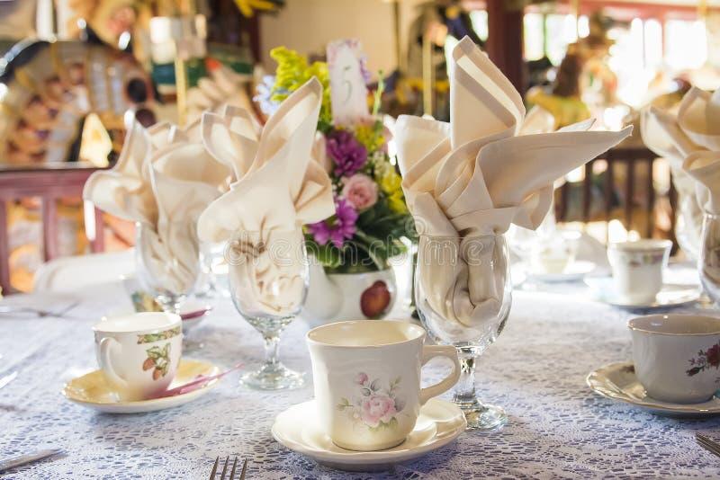 Tebjudningställeinställning för tabeller för bröllopmottagande arkivbilder
