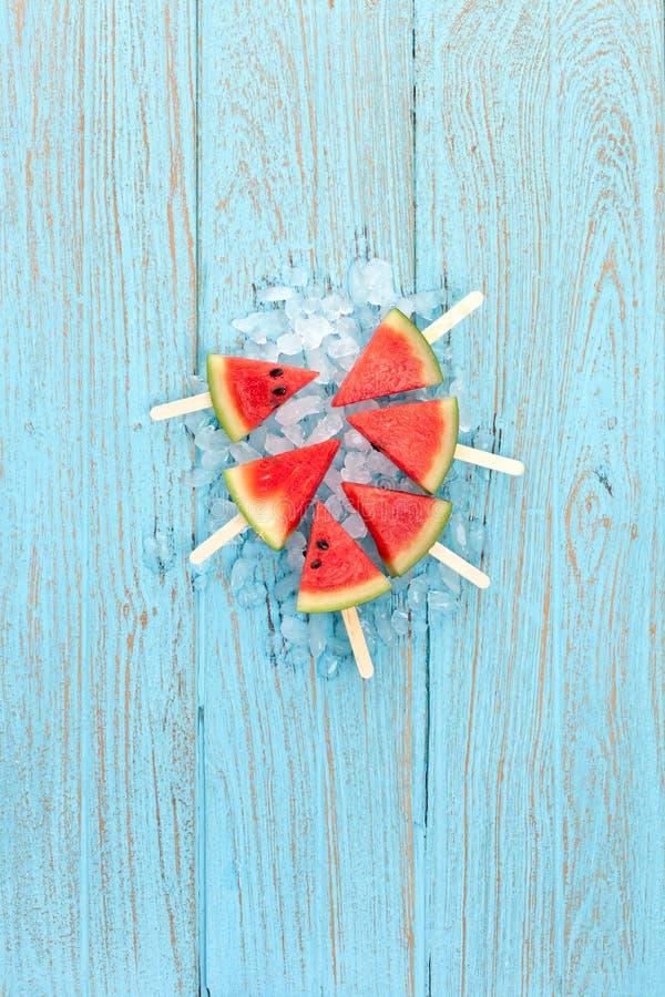 Teca dulce de madera del postre de la fruta fresca deliciosa del verano del polo de la sandía foto de archivo libre de regalías