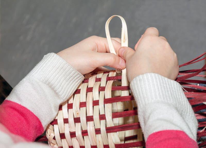 Tecelagem do vime as mãos fazem uma cesta de vime em uma classe do bordado imagens de stock royalty free