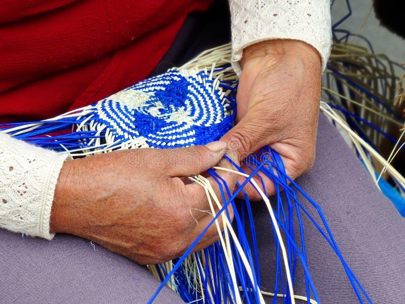 Tecelagem tradicional do chapéu de Panamá do ecuadorian ou do Paja Toquilla Straw Hats foto de stock
