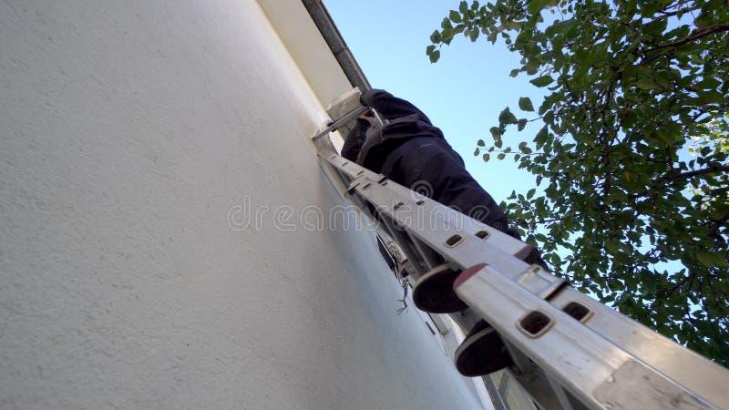 Techican安装空调的人电工在客户房子 免版税库存照片