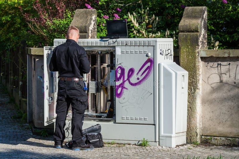 Technican arbete för telekom i gatan royaltyfria foton
