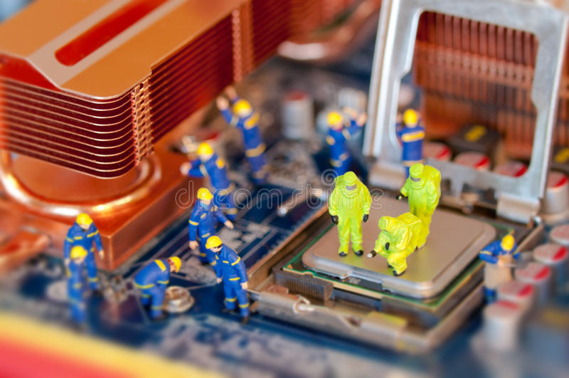 Technici die computer herstellen royalty-vrije stock afbeeldingen