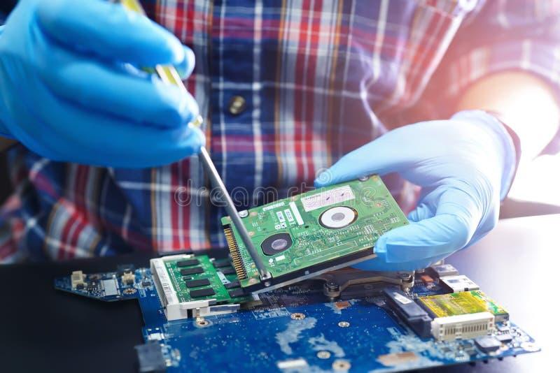 Technicien asiatique réparant la technologie électronique d'ordinateur de bord principal micro de circuit images stock