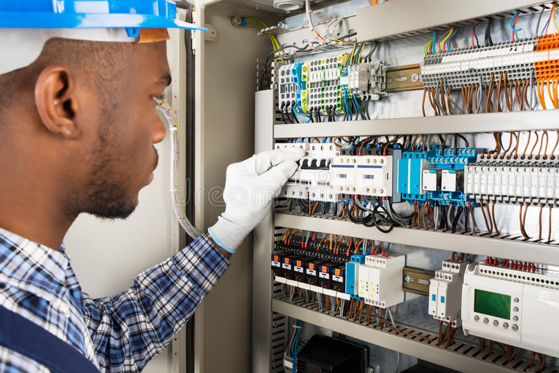 Technicien Checking Fusebox image stock