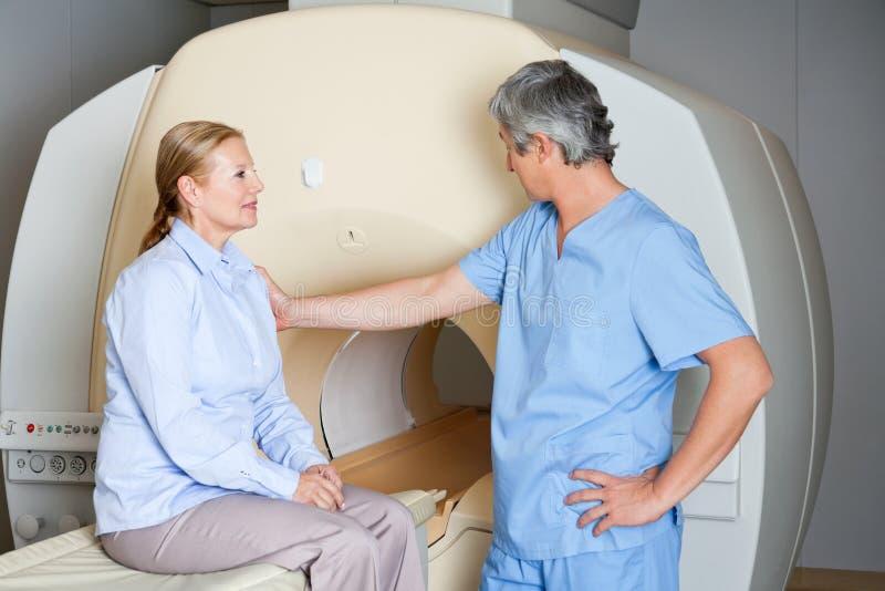 Technicien Comforting Female Patient photos libres de droits