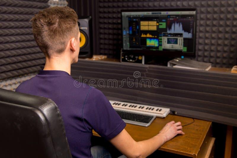 Technicien dans un studio d'enregistrement image libre de droits