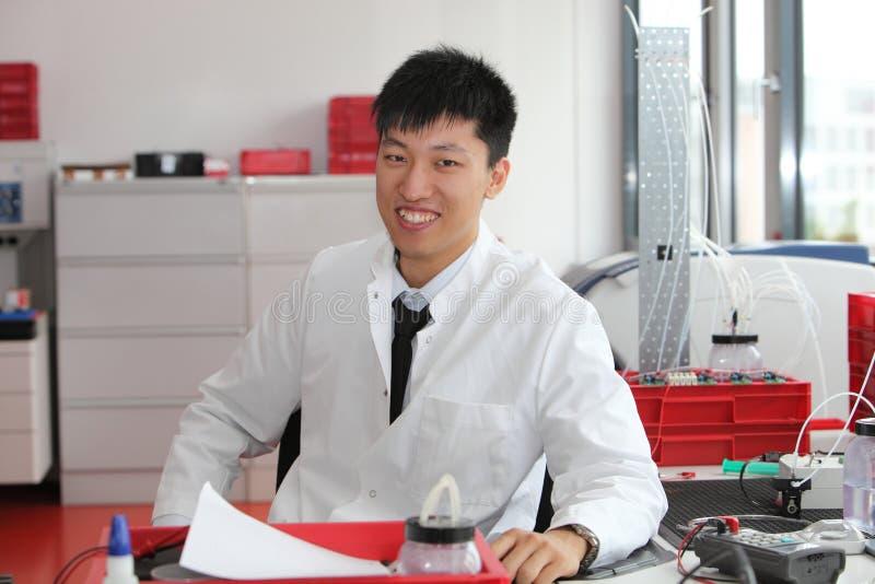 Technicien de laboratoire asiatique de sourire photos stock