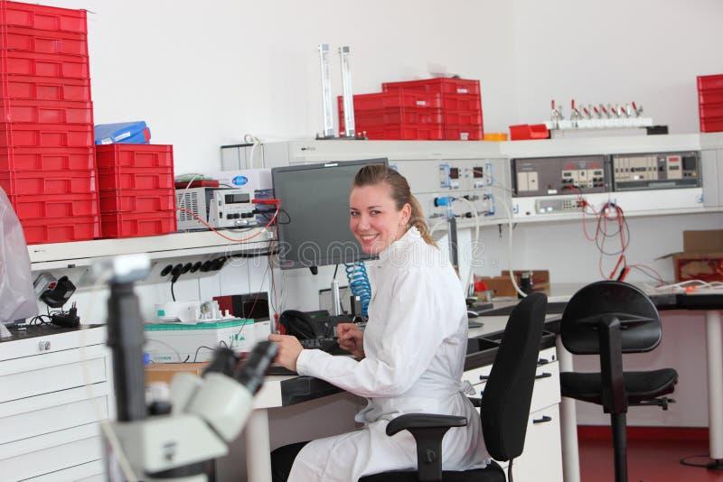 Technicien de laboratoire féminin sûr photographie stock