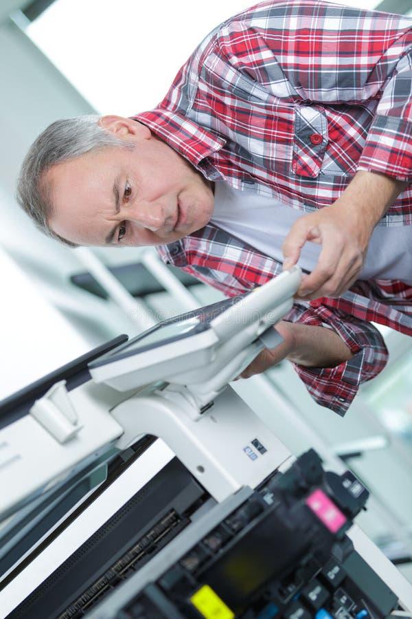 Technicien de Moyen Âge fixant le scanner spécial de réseau photographie stock