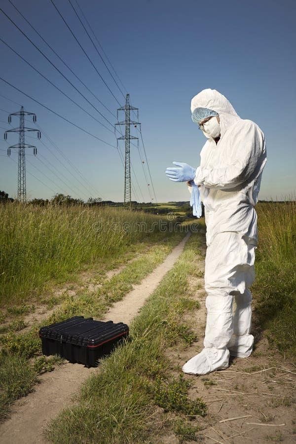 Technicien de police dans le costume gratuit et l'équipement d'ADN photographie stock