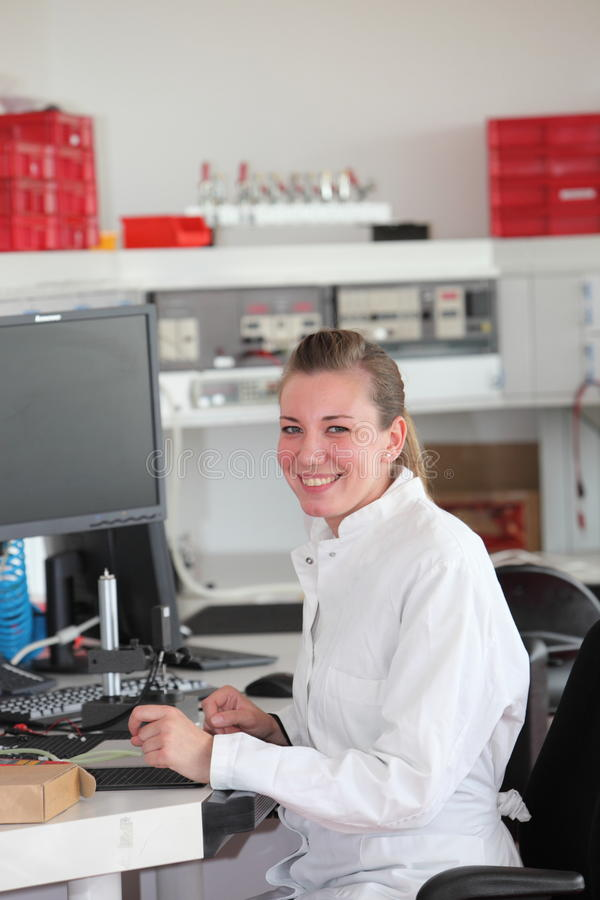 Technicien féminin sûr de sourire image libre de droits