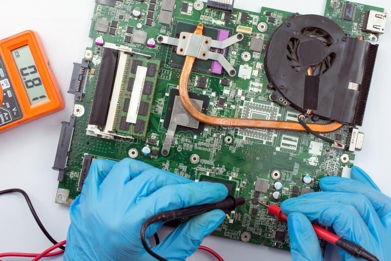 Technicien informatique réparant l'ordinateur portable cassé photo libre de droits