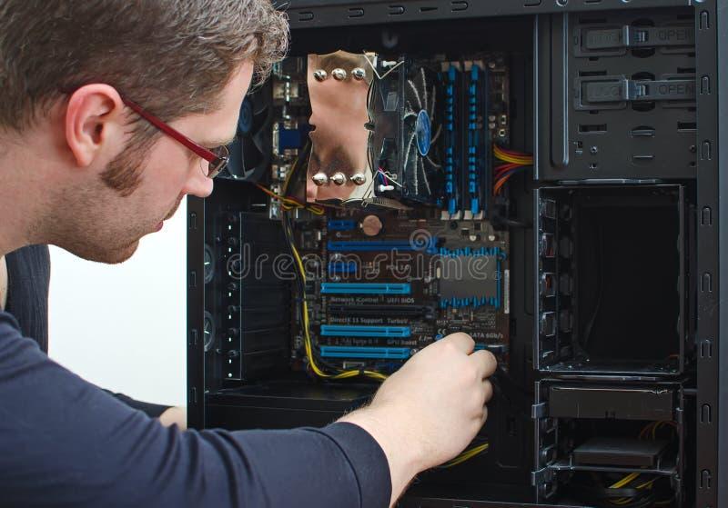Technicien masculin réparant l'ordinateur image libre de droits
