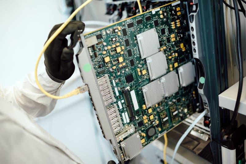 Technicien réparant des cartes de cmts photos libres de droits