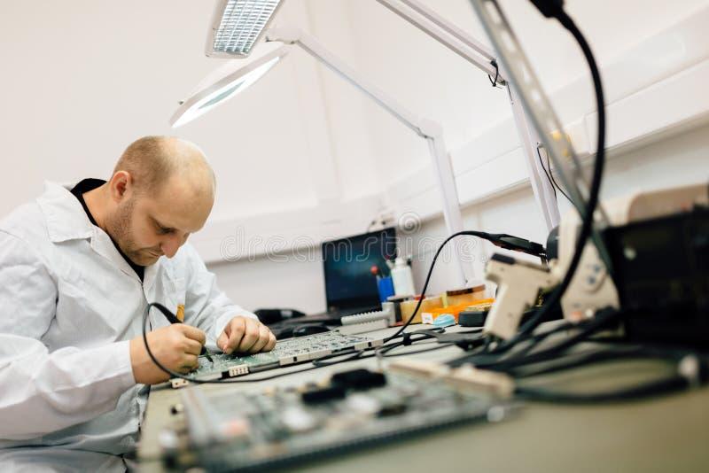 Technicien réparant des cartes de cmts images libres de droits