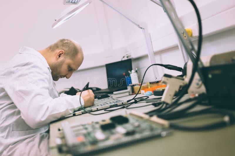 Technicien réparant des cartes de cmts image stock