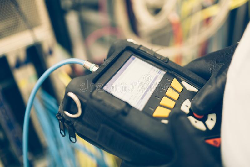 Technicien réparant des cartes de cmts photographie stock