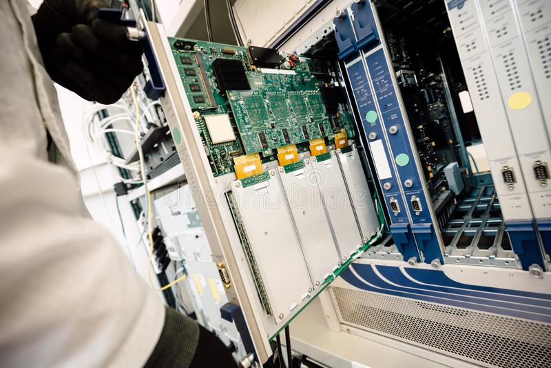 Technicien réparant des cartes de cmts images stock