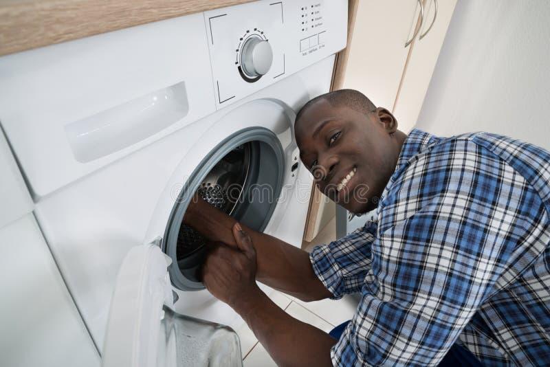 Technicien Repairing Washing Machine photos stock