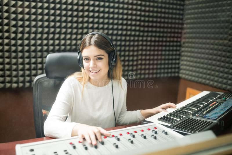 Technicien sain de femme travaillant dans le studio d'enregistrement photos libres de droits