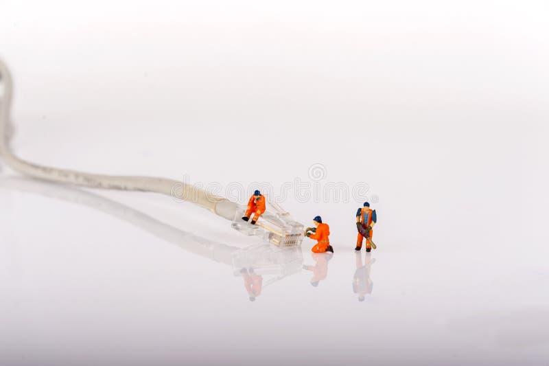 Techniciens avec le câble du réseau cat5 Concept de gestion de réseau Macro photo images stock